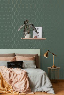 papel pintado dormitorio con estampado hexagonal verde oscuro y oro 139228