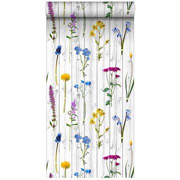 papel pintado XXL flores silvestres sobre tablones de madera vintage gris claro cálido, amarillo, azul y rosa caramelo